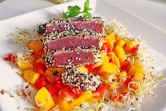 Cannabis-Thunfischfilets mit Sesamkruste auf Mango-Chilli-Bett